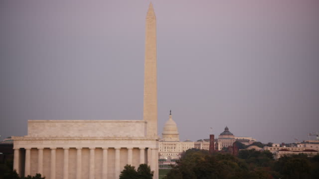 vidéos et rushes de aerial flying across lincoln memorial, sunset dc - washington monument washington dc