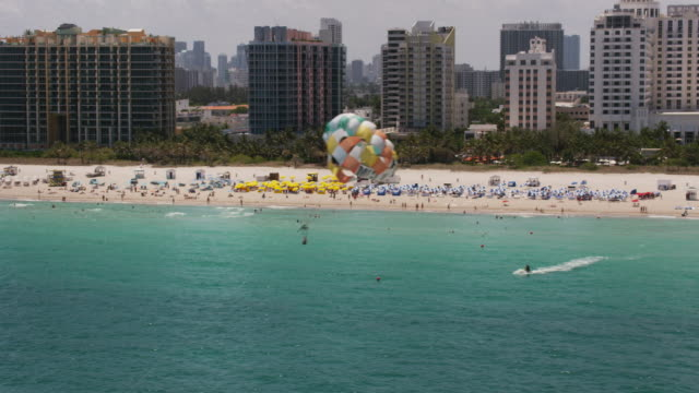 aerial flying across south beach, beautiful sunny day miami fl - attività del fine settimana video stock e b–roll