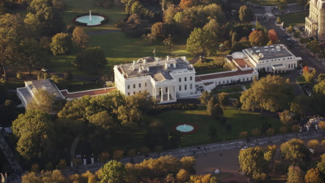 aerial flying across the white house north lawn, daytime dc - weißes haus stock-videos und b-roll-filmmaterial
