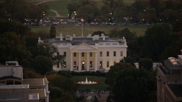 vídeos de stock, filmes e b-roll de aerial flying across the white house north lawn, sunset dc - 2016