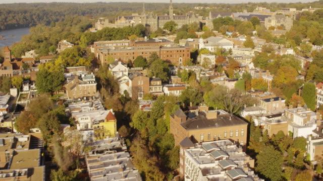 vidéos et rushes de aerial flying around georgetown university in dc, daytime - georgetown washington dc
