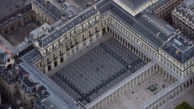 vídeos y material grabado en eventos de stock de aerial flying around le palais royal area in paris france, sunset - neoclásico
