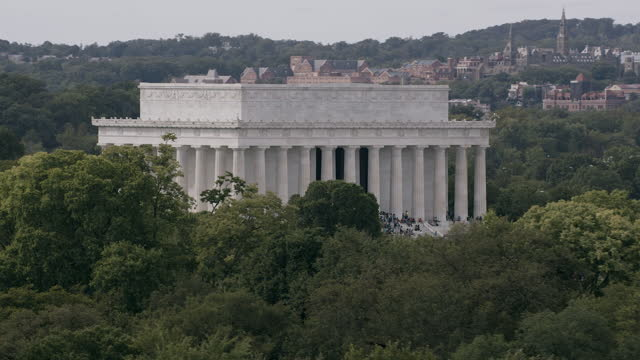 vidéos et rushes de aerial flying around lincoln memorial middle of day washington dc - georgetown washington dc