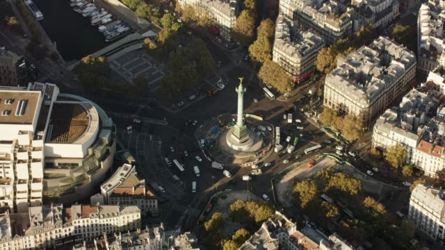 aerial flying around place de la bastille in paris france, morning - バスティーユ点の映像素材/bロール