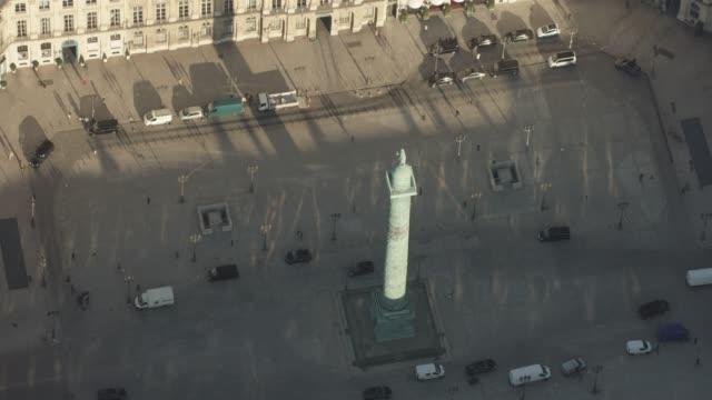 stockvideo's en b-roll-footage met aerial flying around place vendôme, in paris france, day - colonne vendome