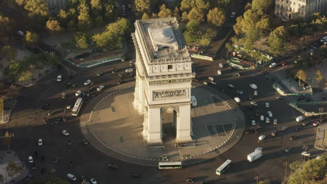 vídeos de stock e filmes b-roll de aerial flying around the arc de triomphe in paris france, morning - arco caraterística arquitetural