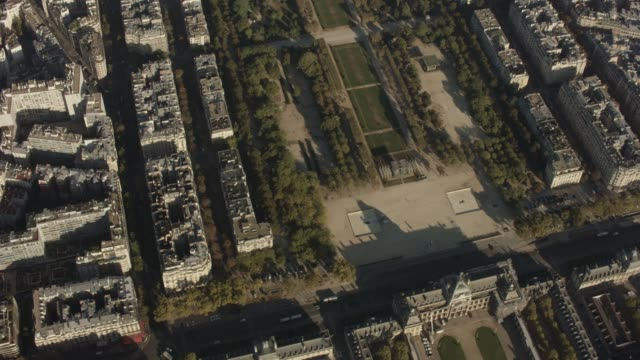 vídeos de stock e filmes b-roll de aerial flying around the eiffel tower in paris france, daytime - inclinação do filme