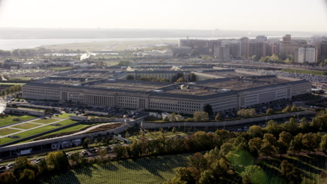 vídeos de stock e filmes b-roll de aerial flying around the pentagon in washington dc, daytime - arlington virgínia