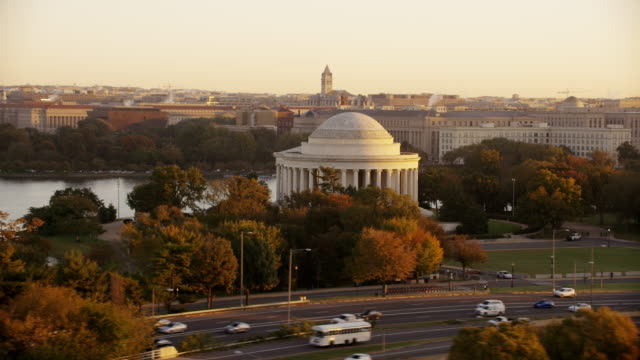 vidéos et rushes de aerial flying around the thomas jefferson memorial, sunrise washington d.c. - jefferson memorial