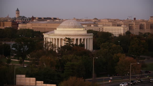vidéos et rushes de aerial flying around the thomas jefferson memorial, sunset dc - jefferson memorial