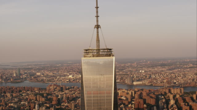 aerial flying around the top of the world trade center to reveal manhattan below, nyc - turmspitze stock-videos und b-roll-filmmaterial