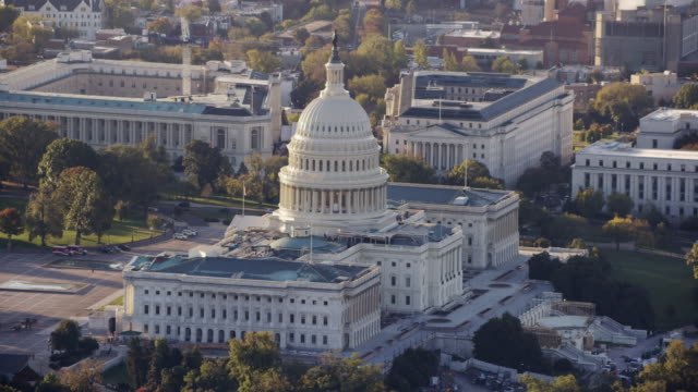 vídeos de stock e filmes b-roll de aerial flying around united states capitol, afternoon washington dc - capitol hill