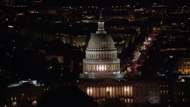 vídeos de stock e filmes b-roll de aerial flying around united states capitol at night, washington dc - capitol hill