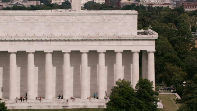 aerial flying close to lincoln memorial in dc - lincolndenkmal stock-videos und b-roll-filmmaterial