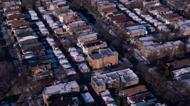 vidéos et rushes de aerial flying low over chicago suburb on a bright winter day - arbre sans feuillage