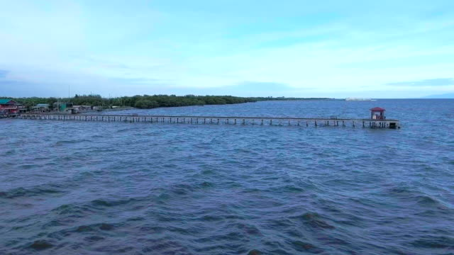 vídeos de stock, filmes e b-roll de aéreo voando baixo sobre o cais de oceanside - baixo posição