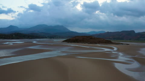 aerial flying low over sand in estuary at low tide in north wales at sunset - 10 sekunden oder länger stock-videos und b-roll-filmmaterial