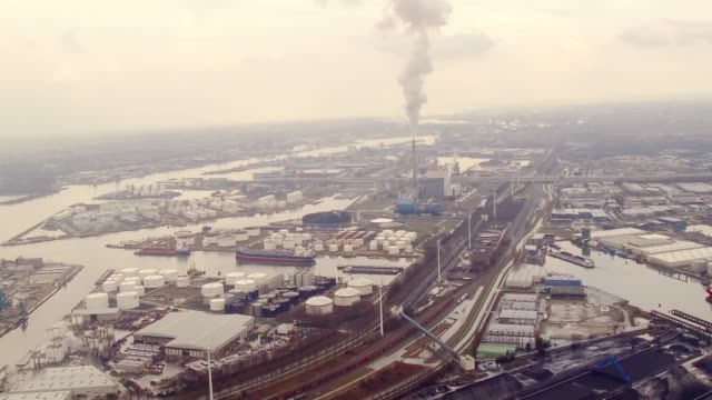 vídeos de stock, filmes e b-roll de aerial flying over amsterdam industrial area - forma da água