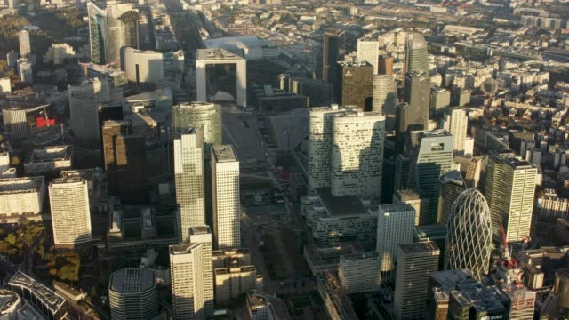 vídeos de stock e filmes b-roll de aerial flying over and looking at la defense paris france, morning - inclinação do filme