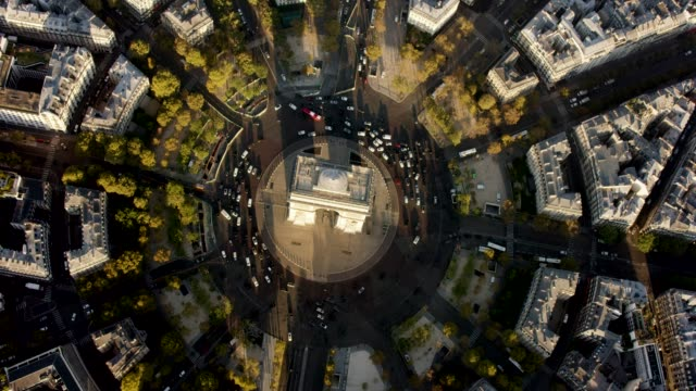 vídeos de stock, filmes e b-roll de aerial flying over and looking at the arc de triomphe in paris france, morning - arco triunfal
