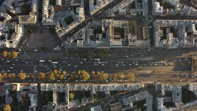 vidéos et rushes de aerial flying over and looking directly down at avenue charles-de-gaulle (neuilly-sur-seine) paris france, morning - circulation routière