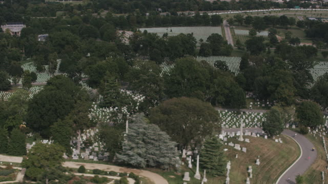 aerial flying over arlington national cemetery, daytime  - cimitero nazionale di arlington video stock e b–roll