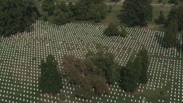 vídeos de stock e filmes b-roll de aerial flying over arlington national cemetery - cemitério nacional de arlington