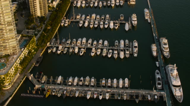 stockvideo's en b-roll-footage met aerial flying over boats docked in miami beach marina, miami fl - macarthur causeway bridge