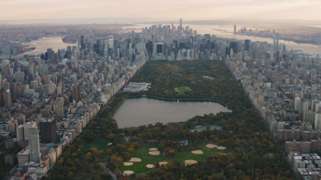vidéos et rushes de aerial flying over central park covered in fall foliage in nyc - central park manhattan