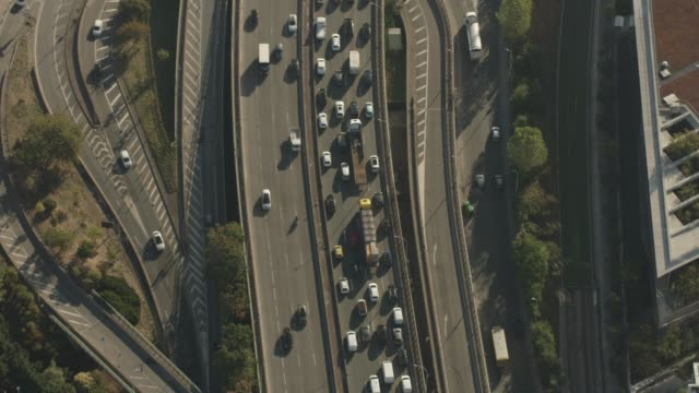 vidéos et rushes de aerial flying over circle interchange with morning commuter traffic, paris france - autoroute