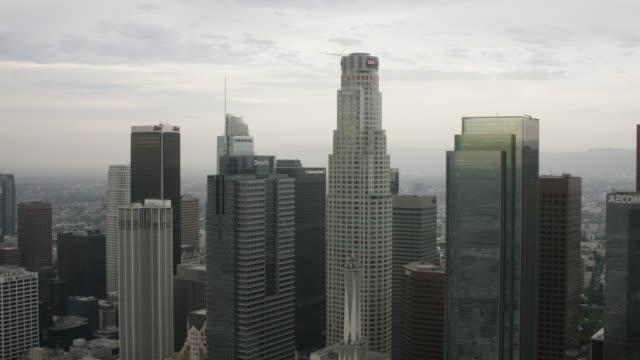vídeos y material grabado en eventos de stock de aerial flying over downtown los angeles, ca morning - west hollywood