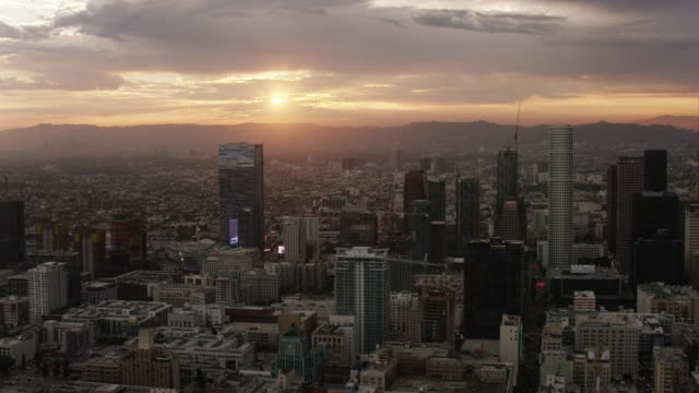 vídeos de stock, filmes e b-roll de aerial flying over downtown los angeles, ca sunset - 1 minuto ou mais