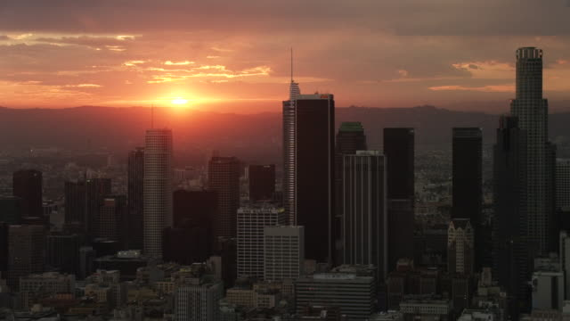 vídeos y material grabado en eventos de stock de aerial flying over downtown los angeles, ca sunset - crepúsculo