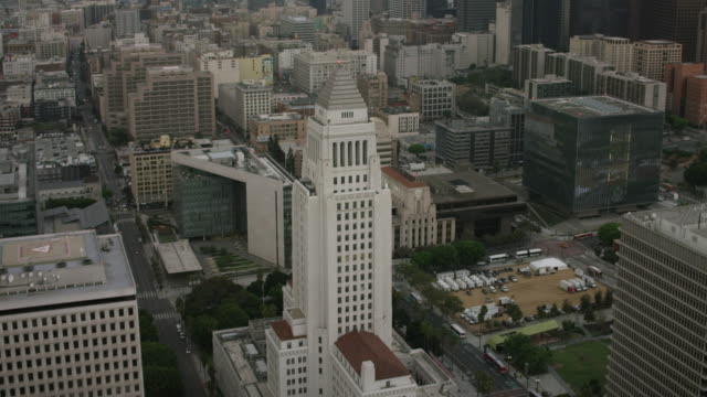 vídeos de stock, filmes e b-roll de aerial flying over downtown los angeles past city hall , ca morning - inclinação para cima