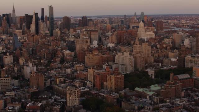 aerial flying over downtown manhattan, sunset nyc - マンハッタン点の映像素材/bロール