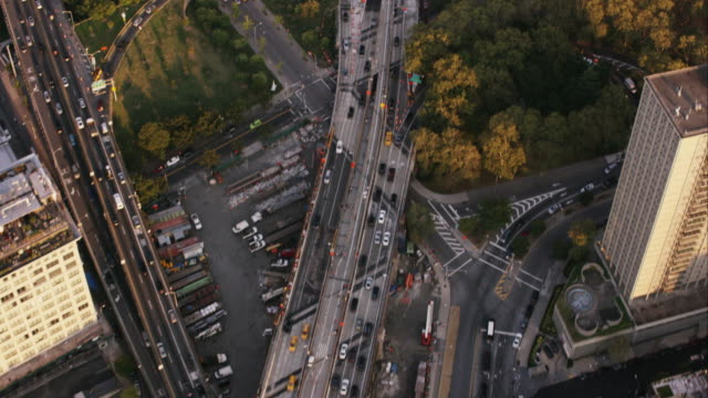 vídeos de stock, filmes e b-roll de aerial flying over dumbo in brooklyn ny looking down at cars and traffic before camera pan up - brooklyn new york