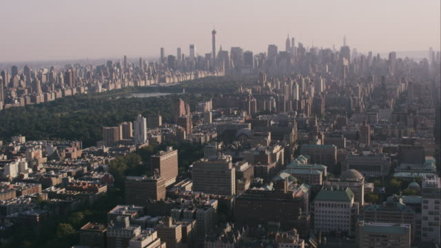 aerial flying over harlem panning over to reveal central park and lower manhattan - harlem stock videos & royalty-free footage
