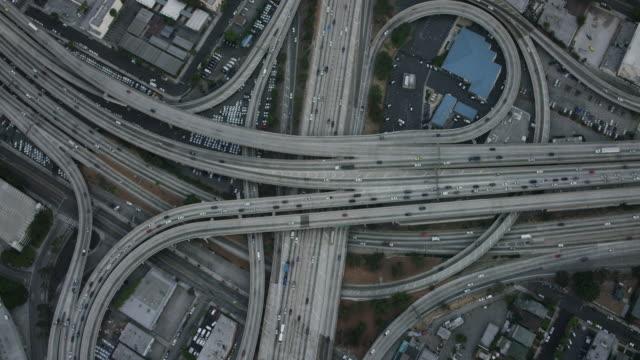 vídeos de stock, filmes e b-roll de aerial flying over interchange in los angeles, ca morning - viaduto entroncamento