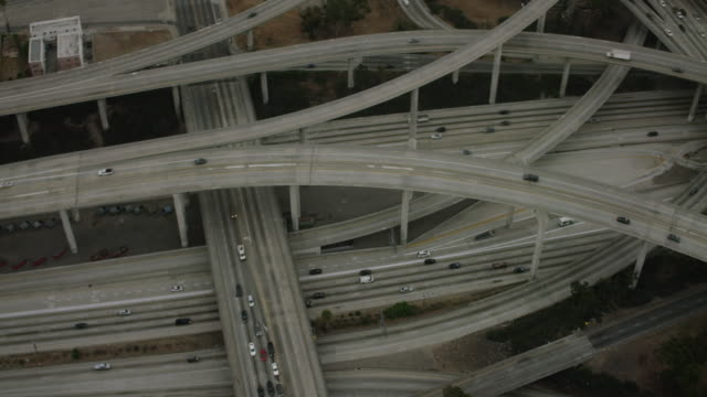 vídeos de stock, filmes e b-roll de aerial flying over interchange in los angeles, ca morning - rua elevada