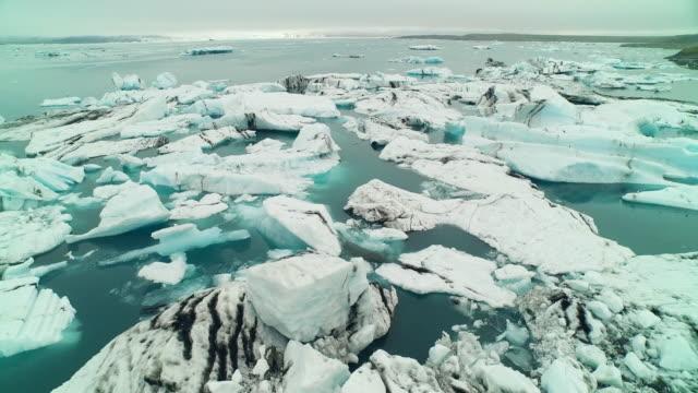 aerial flying over jã¶kulsã¡rlã³n glacier lagoon in iceland - 40 sekunder eller längre bildbanksvideor och videomaterial från bakom kulisserna