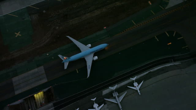 stockvideo's en b-roll-footage met aerial flying over lax airport looking at airplane moving slowly, los angeles, ca - lax airport
