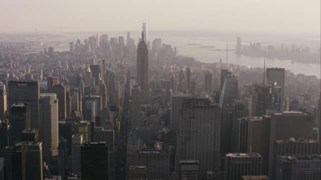 vídeos de stock, filmes e b-roll de aerial flying over midtown manhattan looking south in nyc - baixo manhattan