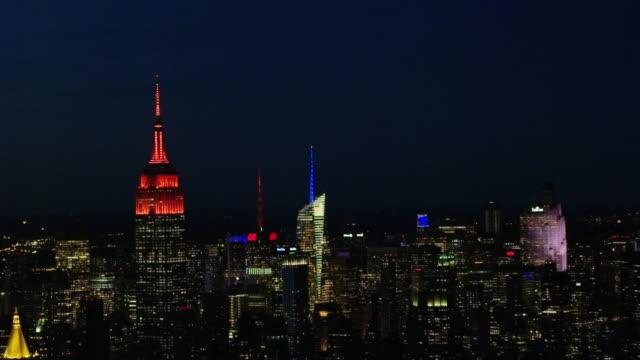 vidéos et rushes de aerial flying over midtown manhattan, night nyc - zoom arrière