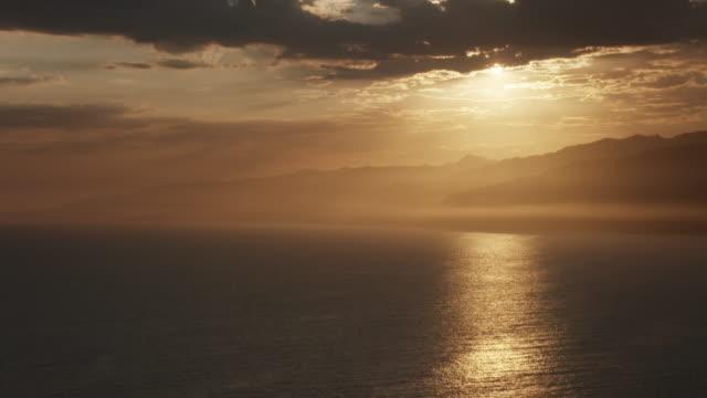 vidéos et rushes de aerial flying over pacific ocean in los angeles, ca sunset - zoom avant