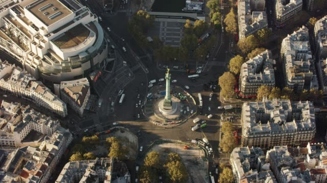 aerial flying over place de la bastille in paris france, morning - バスティーユ点の映像素材/bロール
