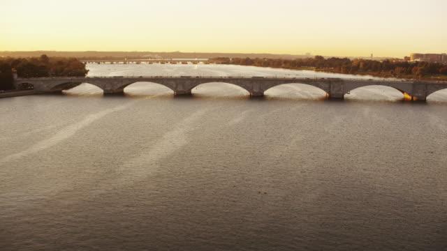 vídeos y material grabado en eventos de stock de aerial flying over potomac river at sunrise, washington dc - río potomac