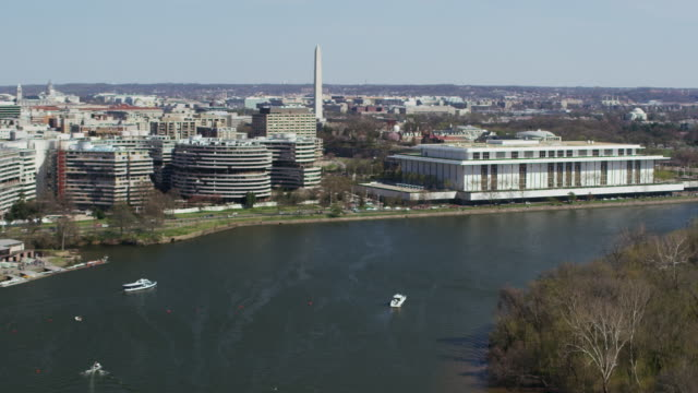 vidéos et rushes de aerial flying over potomac river to the john f. kennedy center for the performing arts dc - arbre sans feuillage