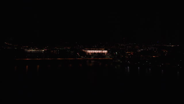 stockvideo's en b-roll-footage met aerial flying over potomac river to the john f. kennedy center for the performing arts, at night - john f. kennedy
