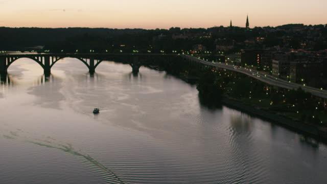 vídeos y material grabado en eventos de stock de aerial flying over potomac river, towards francis scott key bridge, sunset dc - río potomac