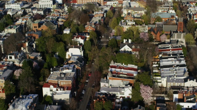 vidéos et rushes de aerial flying over residential area towards georgetown university in dc - georgetown washington dc